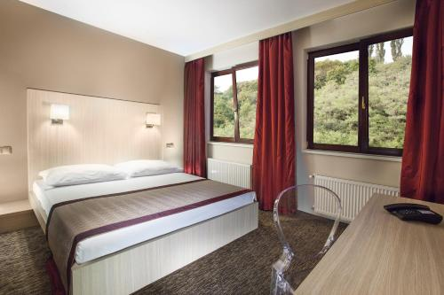 A bed or beds in a room at Hotel Voyage