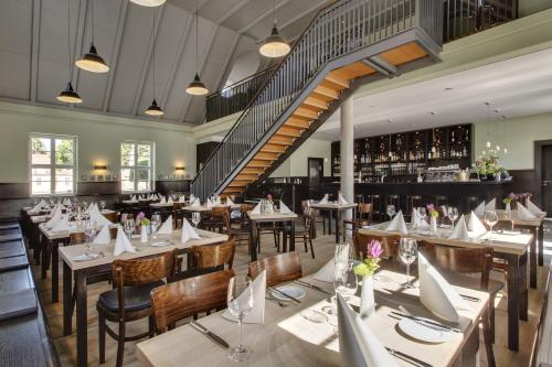 A restaurant or other place to eat at Hotel Schloss Neuhardenberg