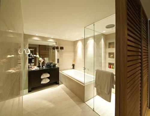 A bathroom at DO&CO Hotel Vienna