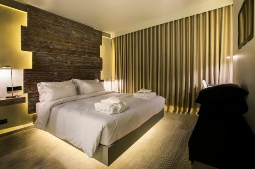 A bed or beds in a room at Vitoria Stone Hotel