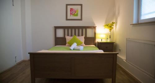 A bed or beds in a room at Hotel Eschborner Hof