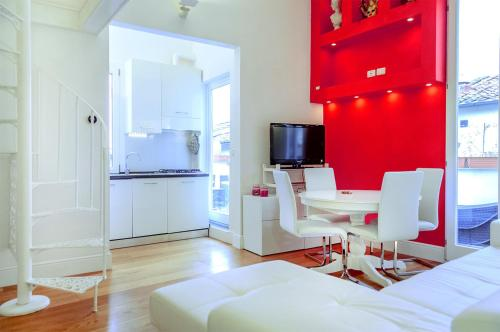 A television and/or entertainment center at Borgo San Jacopo Penthouse