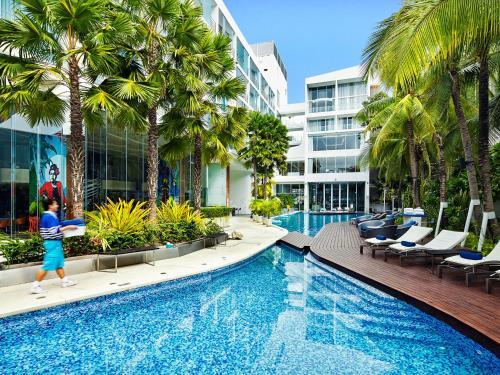 المسبح في Hotel Baraquda Pattaya - MGallery أو بالجوار