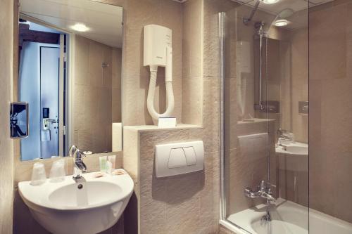 A bathroom at Mercure Paris Notre Dame Saint Germain des Prés