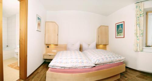 Ein Bett oder Betten in einem Zimmer der Unterkunft Haus König