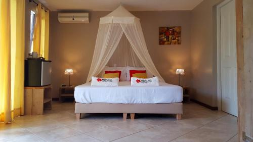 A bed or beds in a room at Hibiscus Beach House