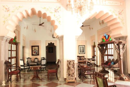 A restaurant or other place to eat at Ishwari Niwas Palace