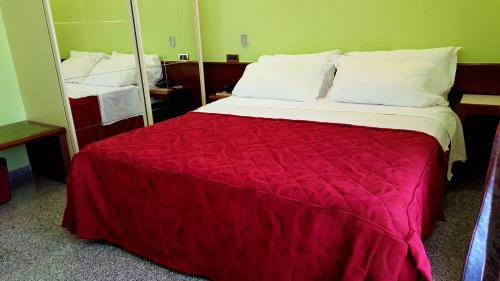 A bed or beds in a room at Hotel Ristorante Re Di Cuori