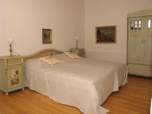 A bed or beds in a room at Casa Rozelor