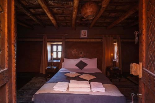 A bed or beds in a room at Kasbah Tebi