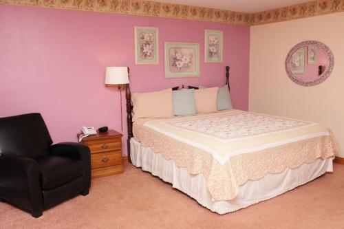 A bed or beds in a room at Blue Spruce Motel