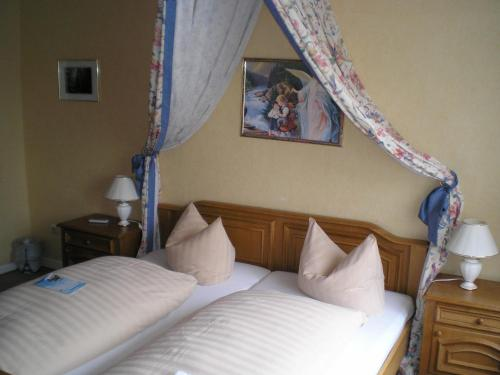 Ein Bett oder Betten in einem Zimmer der Unterkunft Hotel Restaurant Zum Postillion