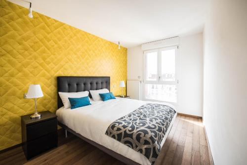A bed or beds in a room at Les Appartements Paris Clichy