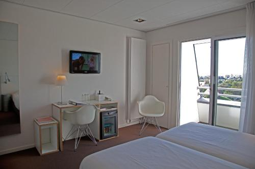 A television and/or entertainment centre at Hotel Hogerhuys - adults only