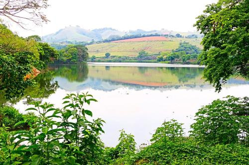Uma vista do lago perto da pousada