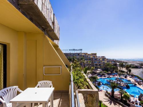 A balcony or terrace at Apartamentos BlueBay Beach Club