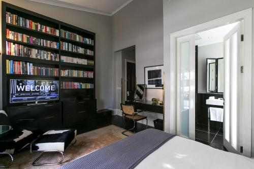 A television and/or entertainment center at Hotel Montefiore