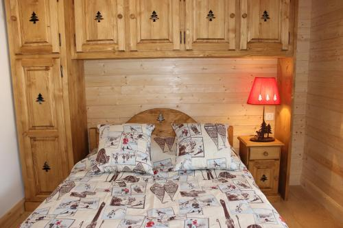 A bed or beds in a room at Le Chalet d'Ulysse