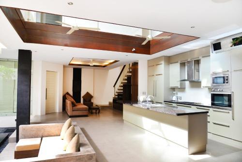 A kitchen or kitchenette at Villa Tentrem Legian