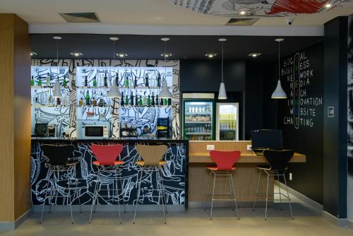 The lounge or bar area at Ibis Salvador Rio Vermelho