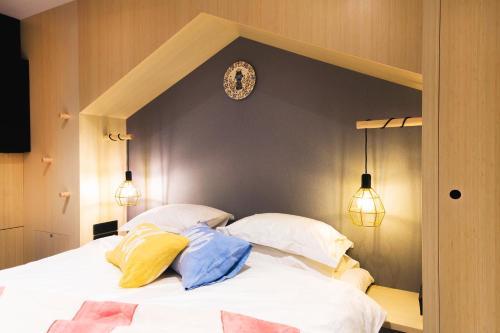 Кровать или кровати в номере Hotel With Urban Deli