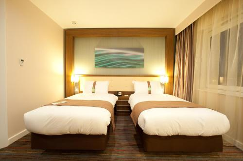 A bed or beds in a room at Holiday Inn Derby Riverlights