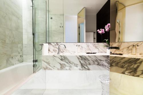 Un baño de Sophisticated Boutique Apartment