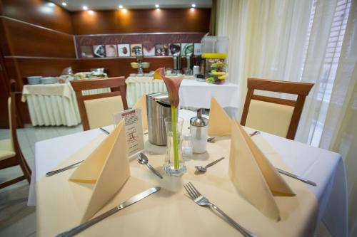 A restaurant or other place to eat at City-Hotel Budapest