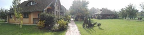 A garden outside Dinnyelaposi Vendégház