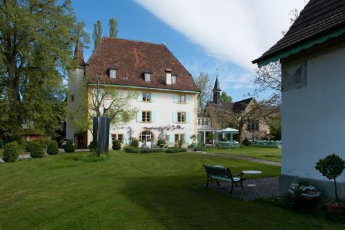 Ein Garten an der Unterkunft Schloss Ueberstorf - Tafeln, Tagen, Träumen