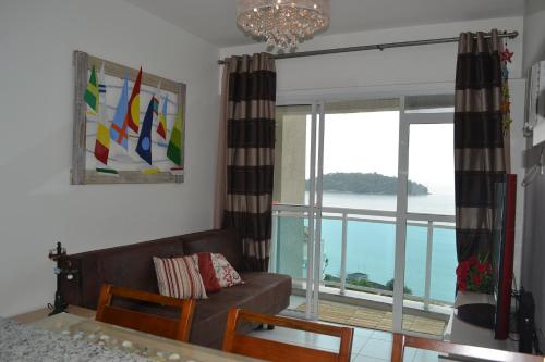 A seating area at Porto Real Apartment Angra