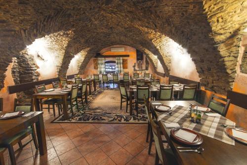 Reštaurácia alebo iné gastronomické zariadenie v ubytovaní Hotel Arkada