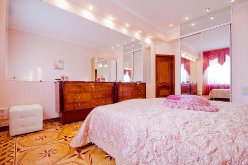 Кровать или кровати в номере Lakshmi Bol'shaya Sadovya