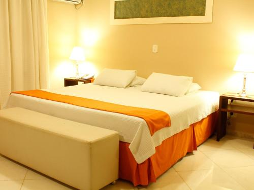 A bed or beds in a room at Suíça Hotel & Resort