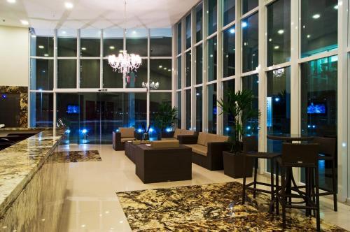 The lounge or bar area at Bristol Alameda Vitória