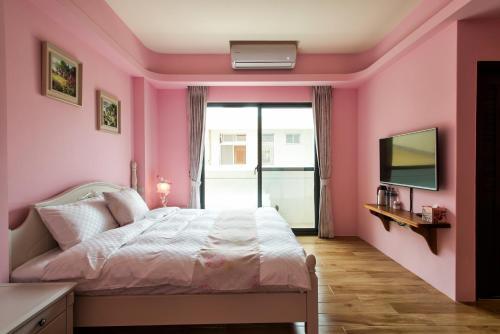 穎居花蓮民宿房間的床