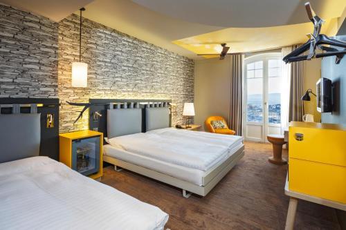 Ein Bett oder Betten in einem Zimmer der Unterkunft Swiss Wine by Fassbind