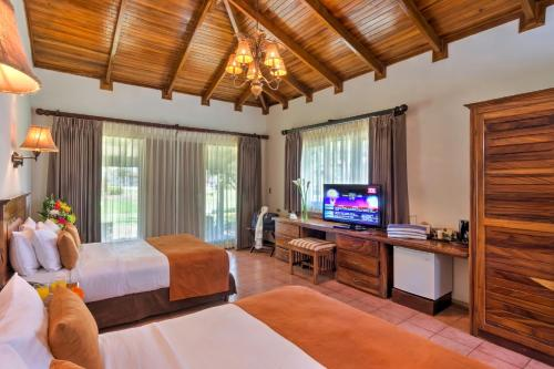 A television and/or entertainment center at Casa Conde Beach Front Hotel