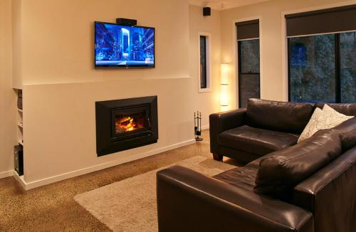 A seating area at Stylish Living- Fireplace, WiFi, Linen, 4 bdrm, Beach 850m