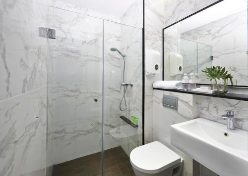 A bathroom at Hotel Boss (SG Clean)