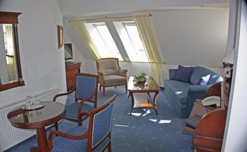 Ein Sitzbereich in der Unterkunft Hotel Am Yachthafen