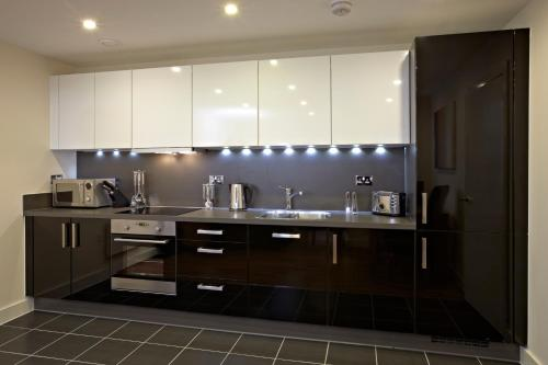 A kitchen or kitchenette at Kennet Island Apartments By Flying Butler