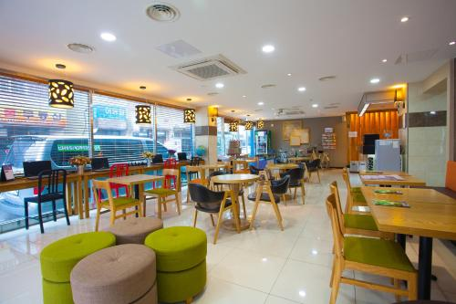 A restaurant or other place to eat at Jeju R Hotel & Guesthouse