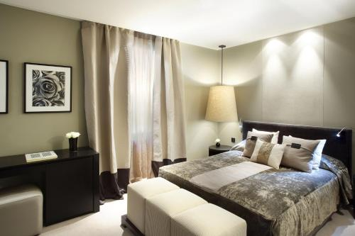 A bed or beds in a room at Hotel Murmuri Barcelona