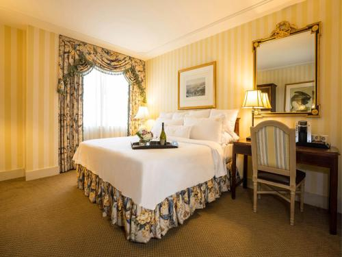 A bed or beds in a room at Hotel Monteleone