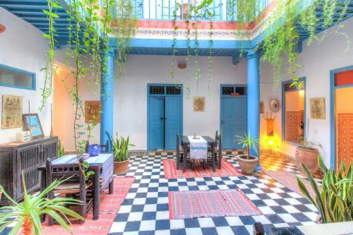 Ein Restaurant oder anderes Speiselokal in der Unterkunft Les Matins Bleus