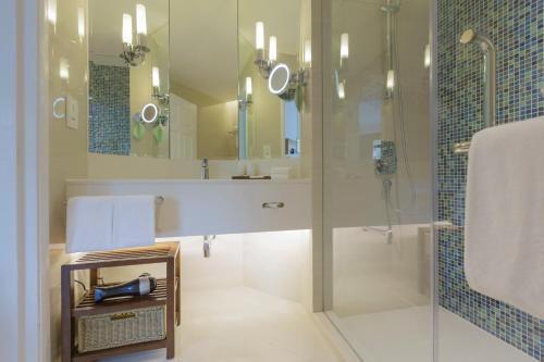 A bathroom at Swissotel Merchant Court Singapore (SG Clean)