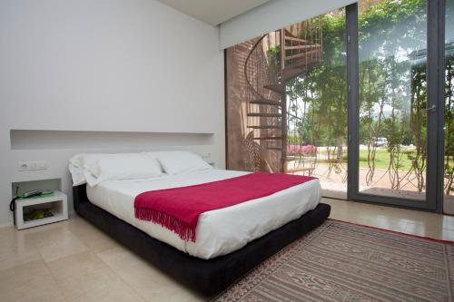 Cama o camas de una habitación en Hôtel Spa La Romana, The Originals Relais (Relais du Silence)