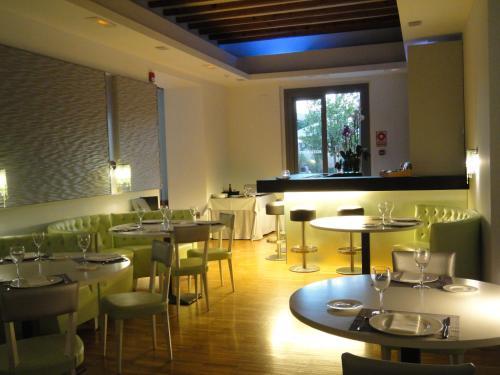 Un restaurante o sitio para comer en Hôtel Spa La Romana, The Originals Relais (Relais du Silence)