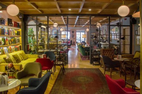 Um restaurante ou outro lugar para comer em Browns Central Hotel